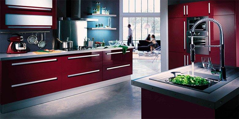 todos los detalles y acabados de esta cocina la hacen ver en comunin con la decoracin de la sala de estar logrndose una simetra entre los dos espacios