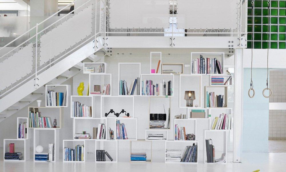 consejos para decorar una pared con estanteras