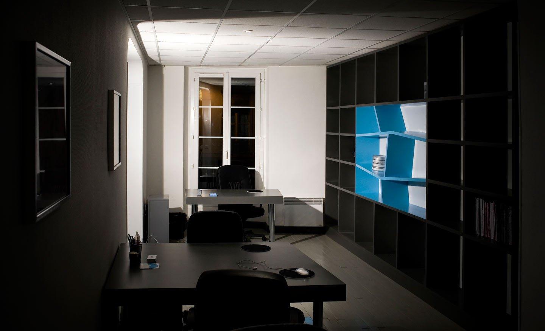 Dise o de una oficina en azul y gris decoraci n del hogar for Diseno oficinas industriales