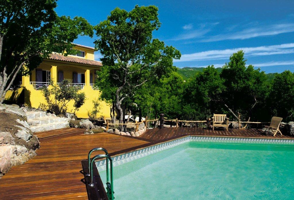 Casas con piscinas hexagonales de madera decoraci n del for Casa de madera con jardin