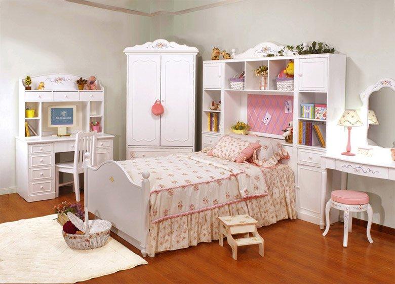 en este dormitorio para nias hay un predominio del color blanco sobre todo en los muebles de manera que todos los elementos que se han colocado sobre