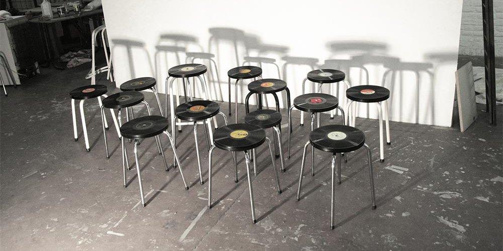 Taburetes vintage creados con discos de vinilo decoraci n - Decoracion con discos de vinilo ...