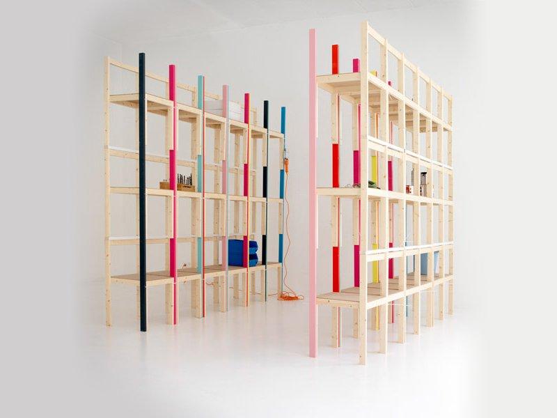 Idea decorativa estanter as realizadas con sillas for Decoracion de estanterias